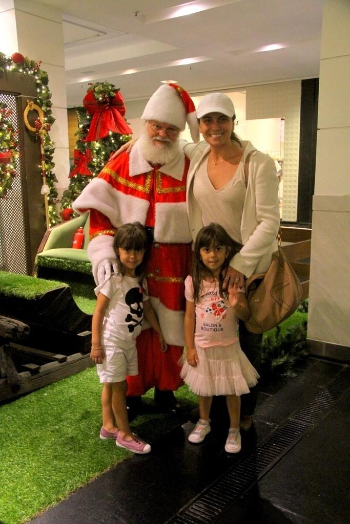 26.nov.2014- Giovanna Antonelli e as filhas Antônia e Sofia, 4 anos, posam com Papai Noel em shopping de São Conrado, na zona sul do Rio