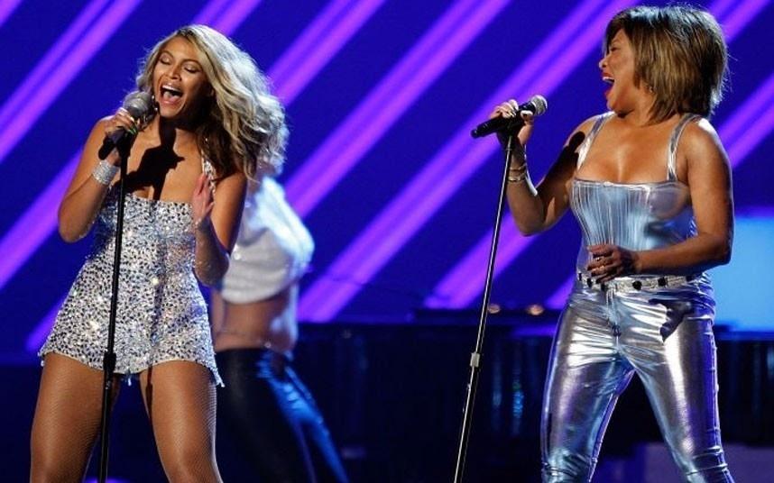 Tina Turner apresenta sua versão clássica de