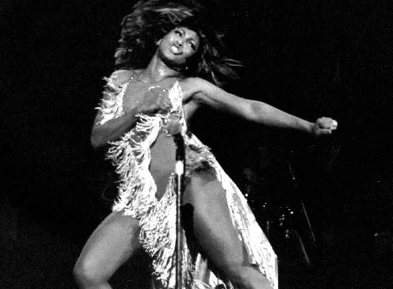 Tina Turner durante apresentação nos anos 1970