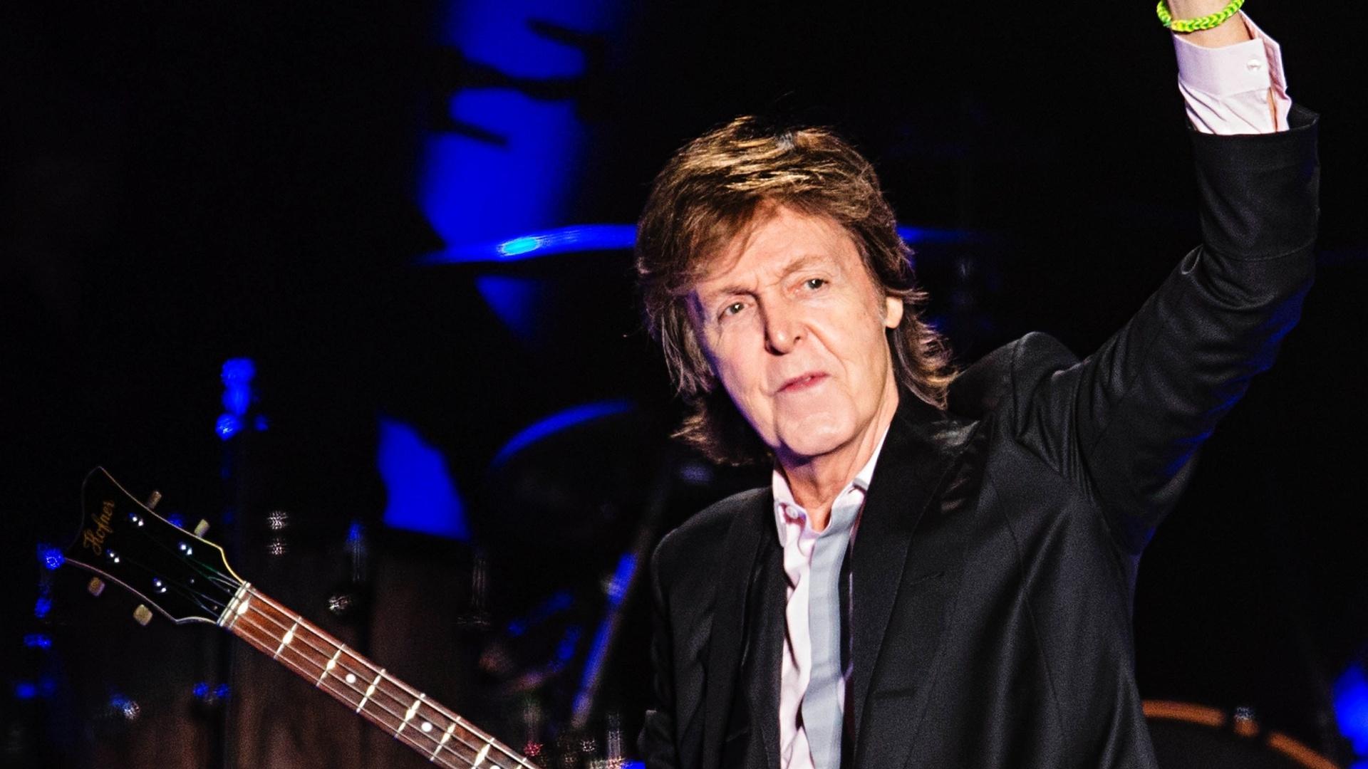 26.nov.2014 - Durante seu segundo show em São Paulo, Paul McCartney usou o tempo todo uma pulseira de plástico verde-limão, presente do garoto Matheus Bustamante Battiato, que vendeu pulseirinhas para comprar ingressos