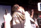 Macaulay Culkin beija músico na boca durante apresentação de sua banda - Reprodução/TMZ
