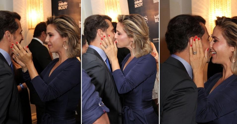 27.nov.2014 - Guilhermina Guinle tasca um beijão em seu marido, Leonardo Antonelli, no