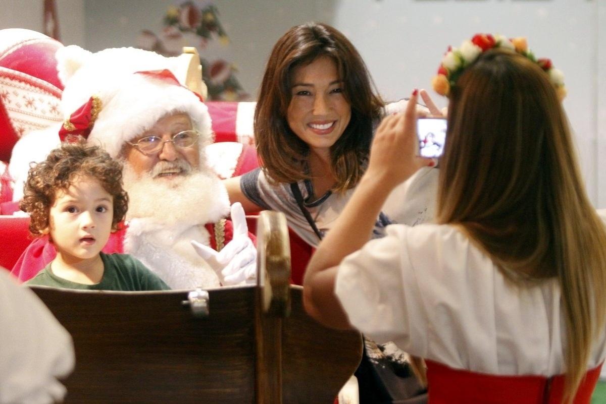 01.dez.2014 - Daniele Suzuki levou o filho, Kauai, de 3 anos, para tirar uma foto com o Papai Noel num shopping na Barra da Tijuca, no Rio, nesta segunda-feira (1º).