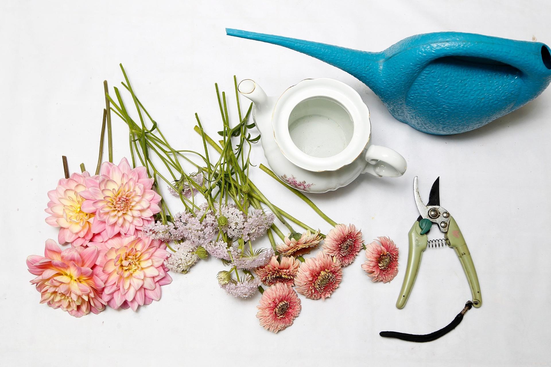 #0D9BBA  casa com arranjos de flores em utensílios de cozinha   UOL Estilo 1920x1280 px Estilo De Cozinha Em Casa_222 Imagens
