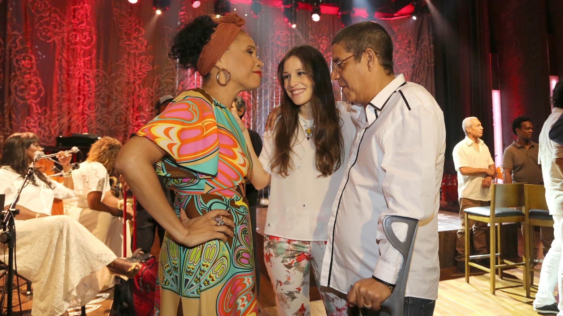Teresa Cristina, a cantora portuguesa Carminho e Seca Pagodinho (de muletas), nos bastidores da gravação do