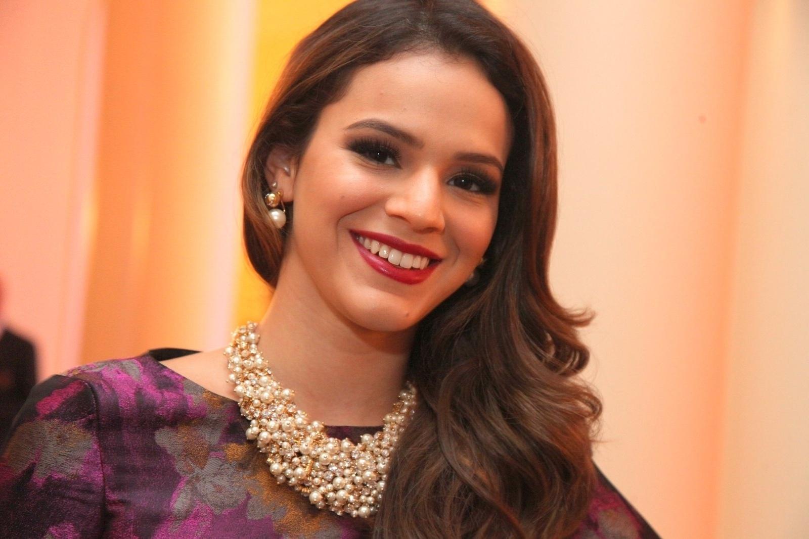 2.dez.2014 - Bruna Marquezine prestigia a cerimônia de premiação do evento