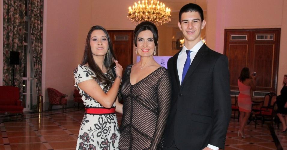2.dez.2014 - Beatriz e Vinícius acompanham a mãe, Fátima Bermardes, na cerimônia de premiação do evento
