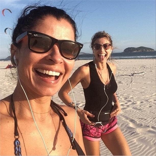 3.dez.2014 - Dia de malhação! Anna Lima e Grazi Massafera se exercitaram na areia da praia nesta quarta-feira (3)