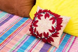 Decore a casa em cada detalhe: faça um almofada com guirlanda para o Natal - Ricardo Matsukawa/ UOL