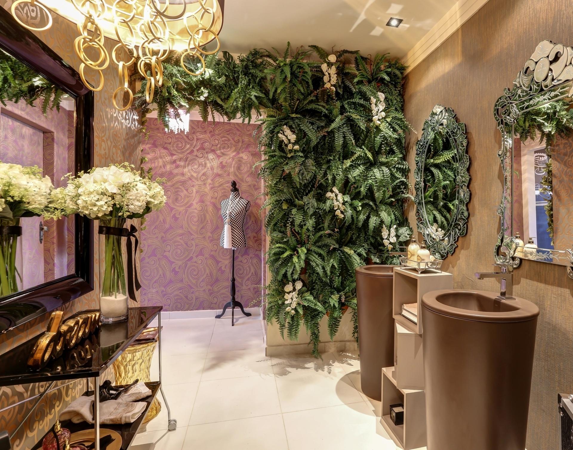 jardim vertical composto por samambaias e orquídeas. A 1º edição #967435 1920x1509 Banheiro Com Jardim Vertical
