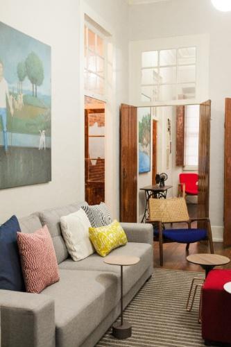 Sala De Tv Com Almofadas Coloridas ~ sofá cinza ganha cor com almofadas coloridas da Objeteria Há um
