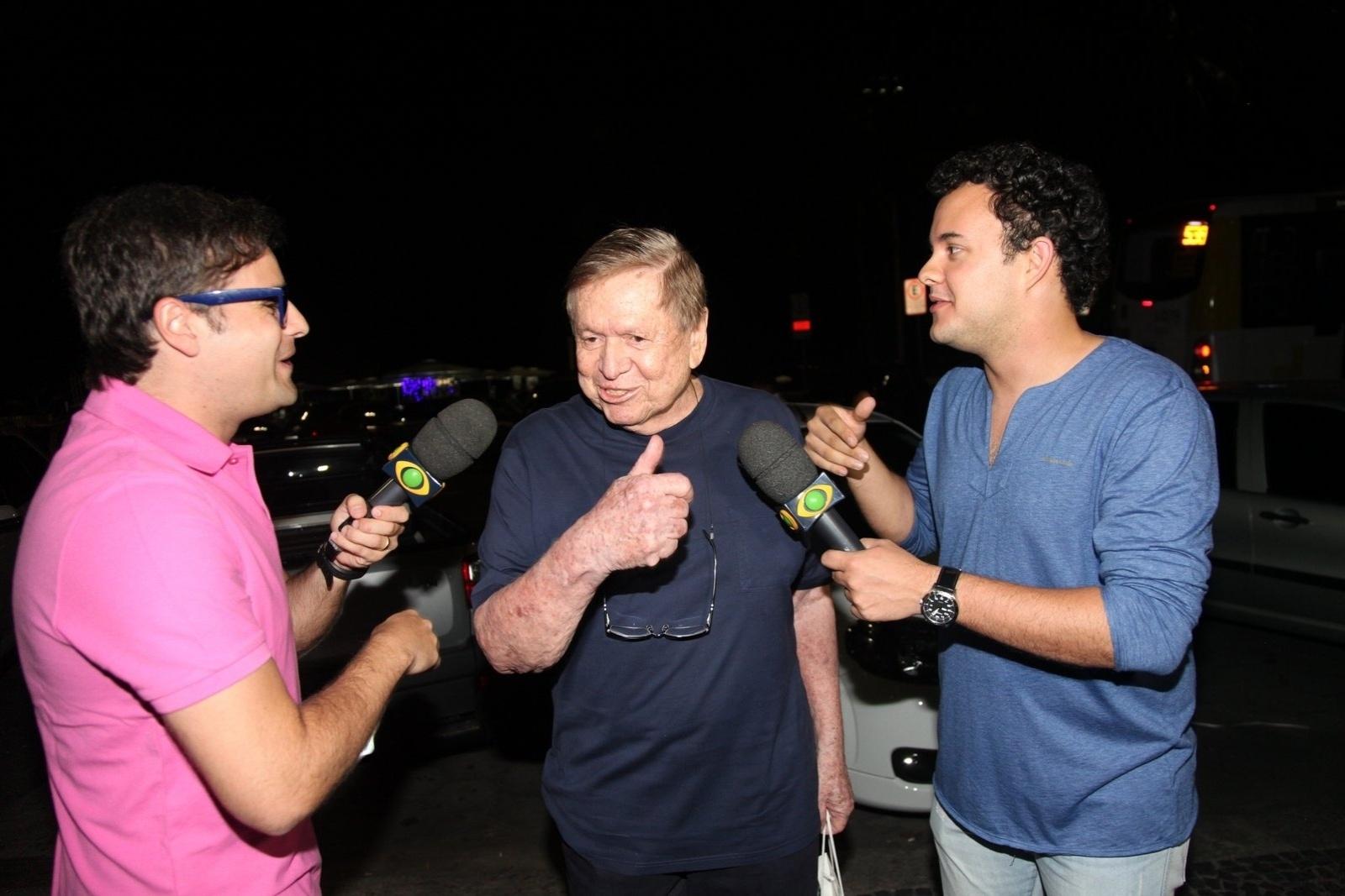 8.dez.2014 - Boni é abordado pelos repórteres Vesgo e Gui Santana, do