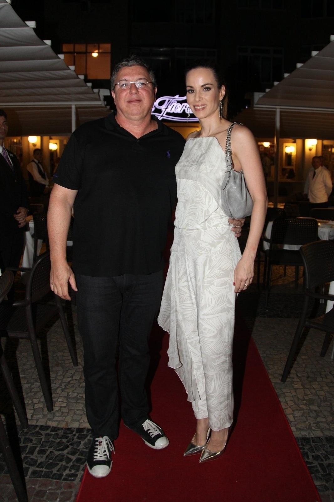 8.dez.2014 - O casal Boninho e Ana Furtado prestigia a comemoração de 79 anos de Boni que reuniu vários famosos em um restaurante em Copacabana, na zona sul do Rio de Janeiro, nesta segunda-feira
