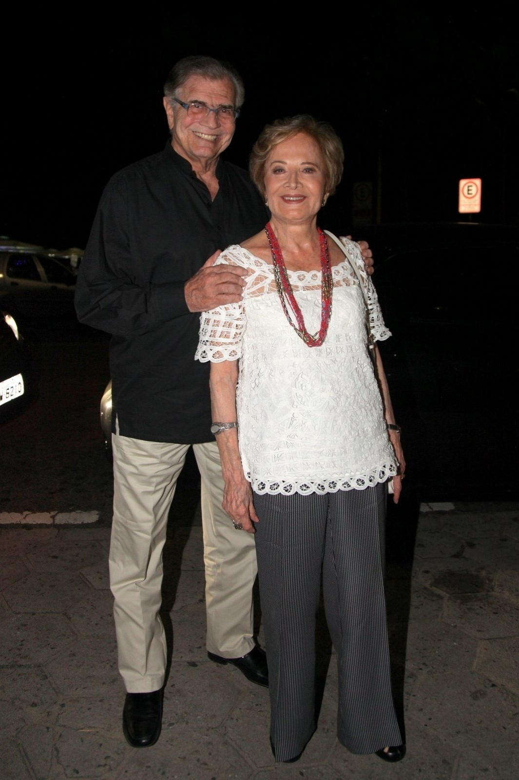 8.dez.2014 - O casal Tarcísio Meira e Gloria Menezes vai à comemoração de 79 anos de Boni que reuniu vários famosos em um restaurante em Copacabana, na zona sul do Rio de Janeiro, nesta segunda-feira