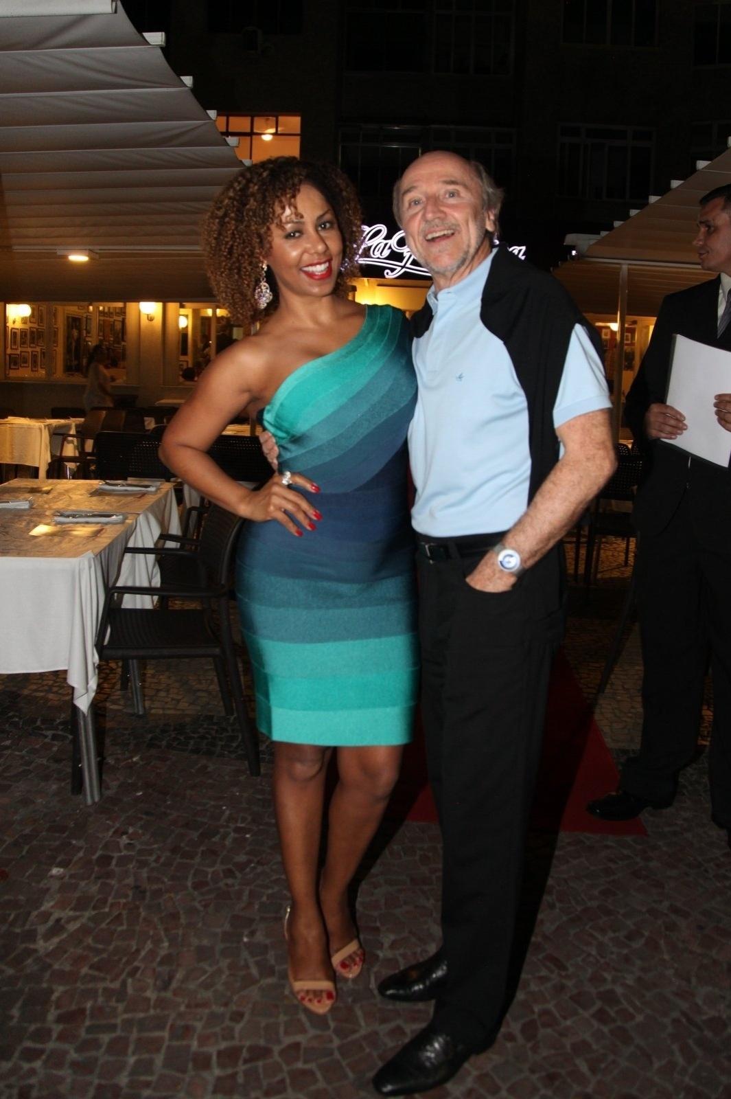 8.dez.2014 - Valéria Valenssa e o marido, Hans Donner, na comemoração de 79 anos de Boni que reuniu vários famosos em um restaurante em Copacabana, na zona sul do Rio de Janeiro, nesta segunda-feira