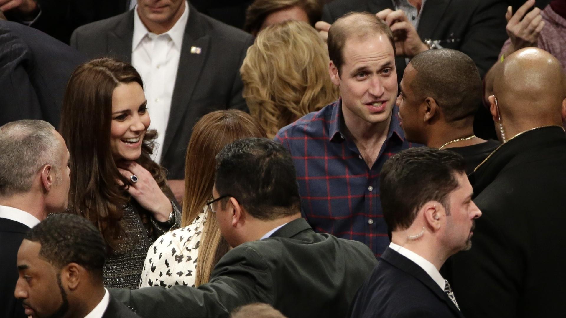 8.dez.2014 - Príncipe William e Kate Middleton assistem a uma partida de basquete da NBA em Nova York nesta segunda-feira. O casal encontrou a realeza do R&B, Beyoncé e Jay-Z