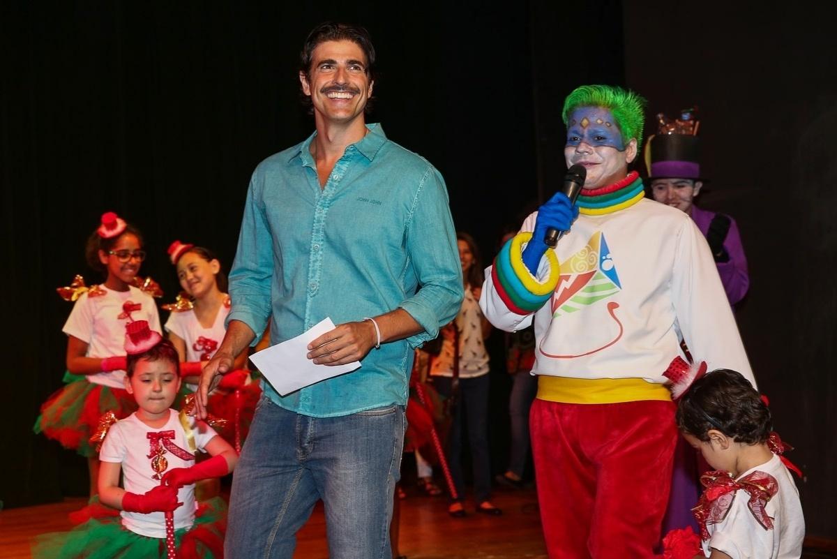 De bigodinho, Reynaldo Gianecchini alegra a festa de Natal das crianças do GRAACC no Teatro João Caetano, na Vila Mariana, em São Paulo. A instituição é referência ao combate ao câncer infantil