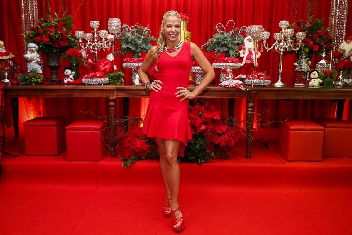 11.dez.2014 - Adriane Galisteu investiu num vestido justinho para prestigiar a festa antecipada de Natal da decoradora Andréa Guimarães, que aconteceu na noite dessa quinta-feira em um buffet, em São Paulo