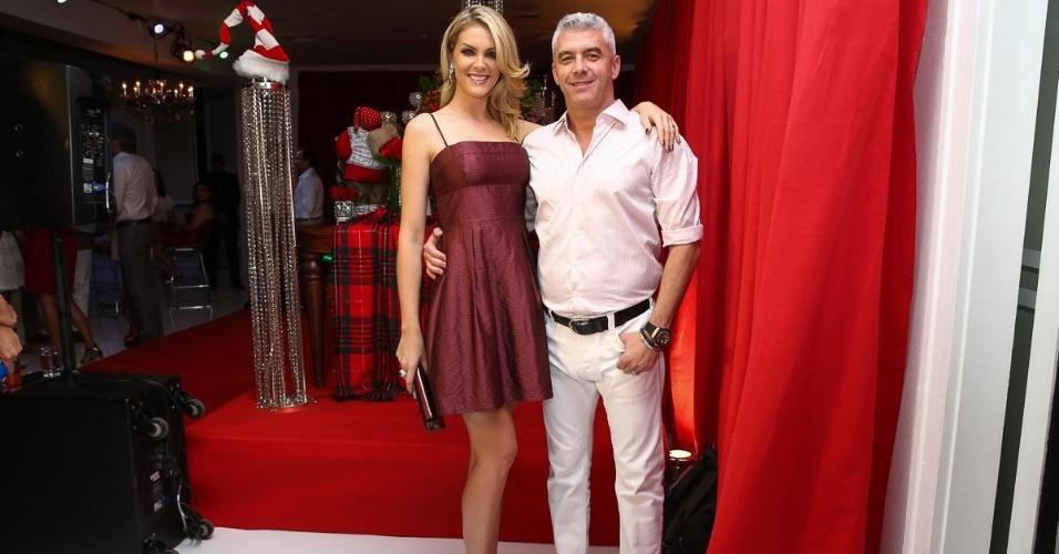 11.dez.2014 - Ana Hickmann foi acompanhada do marido, Alexandre Corrêa, à festa antecipada de Natal da decoradora Andréa Guimarães, que aconteceu na noite dessa quinta-feira em um buffet, em São Paulo