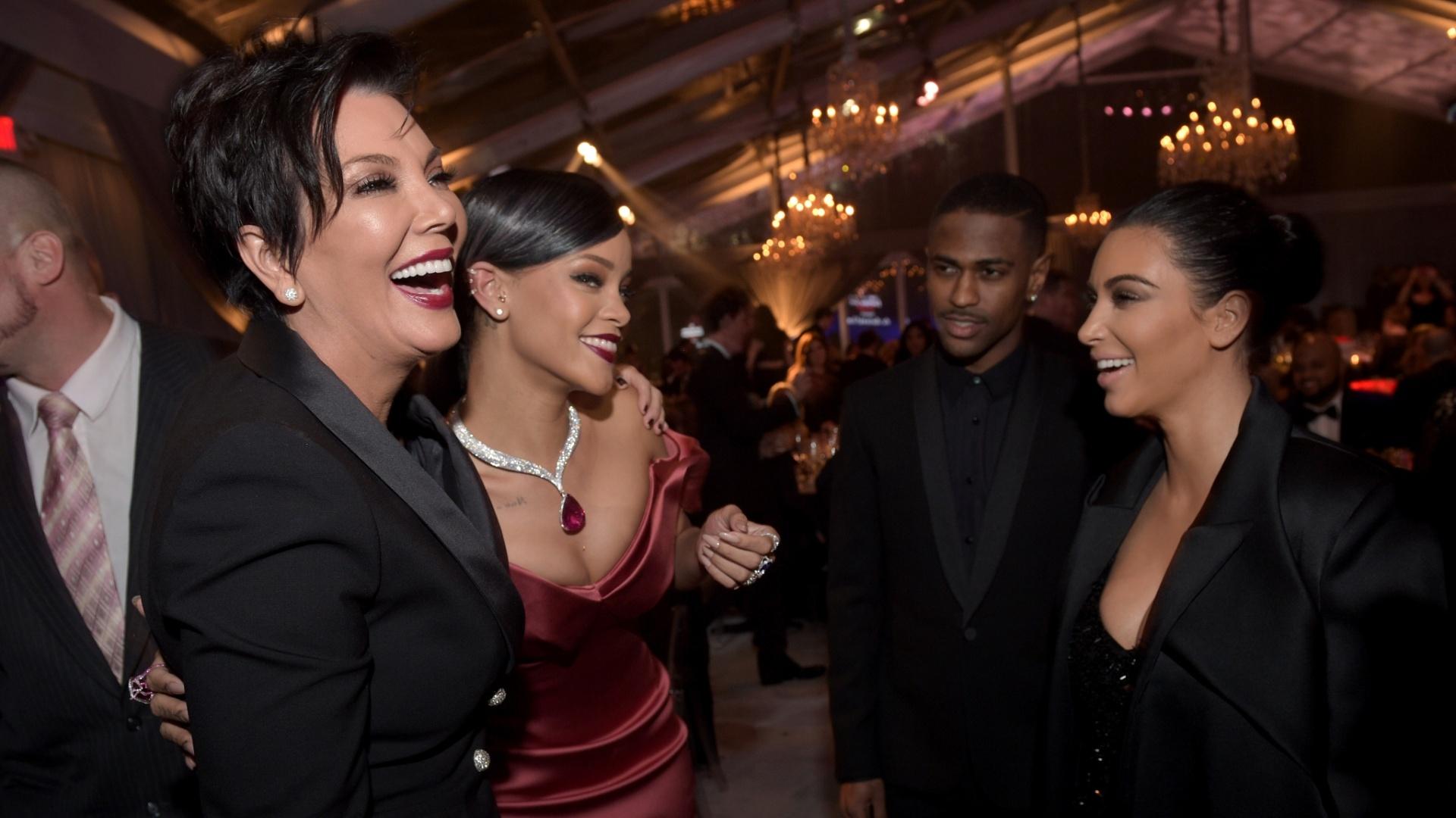 11.dez.2014 - Em clima descontraído, Rihanna conversa com Kim Kardashian e a mãe dela, Kris Jenner, durante primeira edição de seu baile beneficente, o Diamond Ball. O evento aconteceu em Beverly Hills, na Califórnia