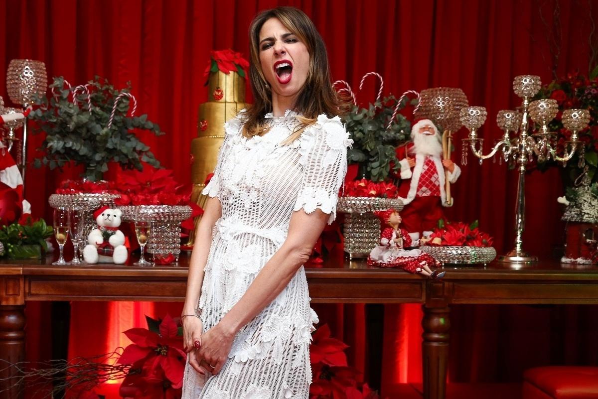 11.dez.2014 - Luciana Gimenez faz careta na festa antecipada de Natal da decoradora Andréa Guimarães, que aconteceu na noite dessa quinta-feira em um buffet, em São Paulo