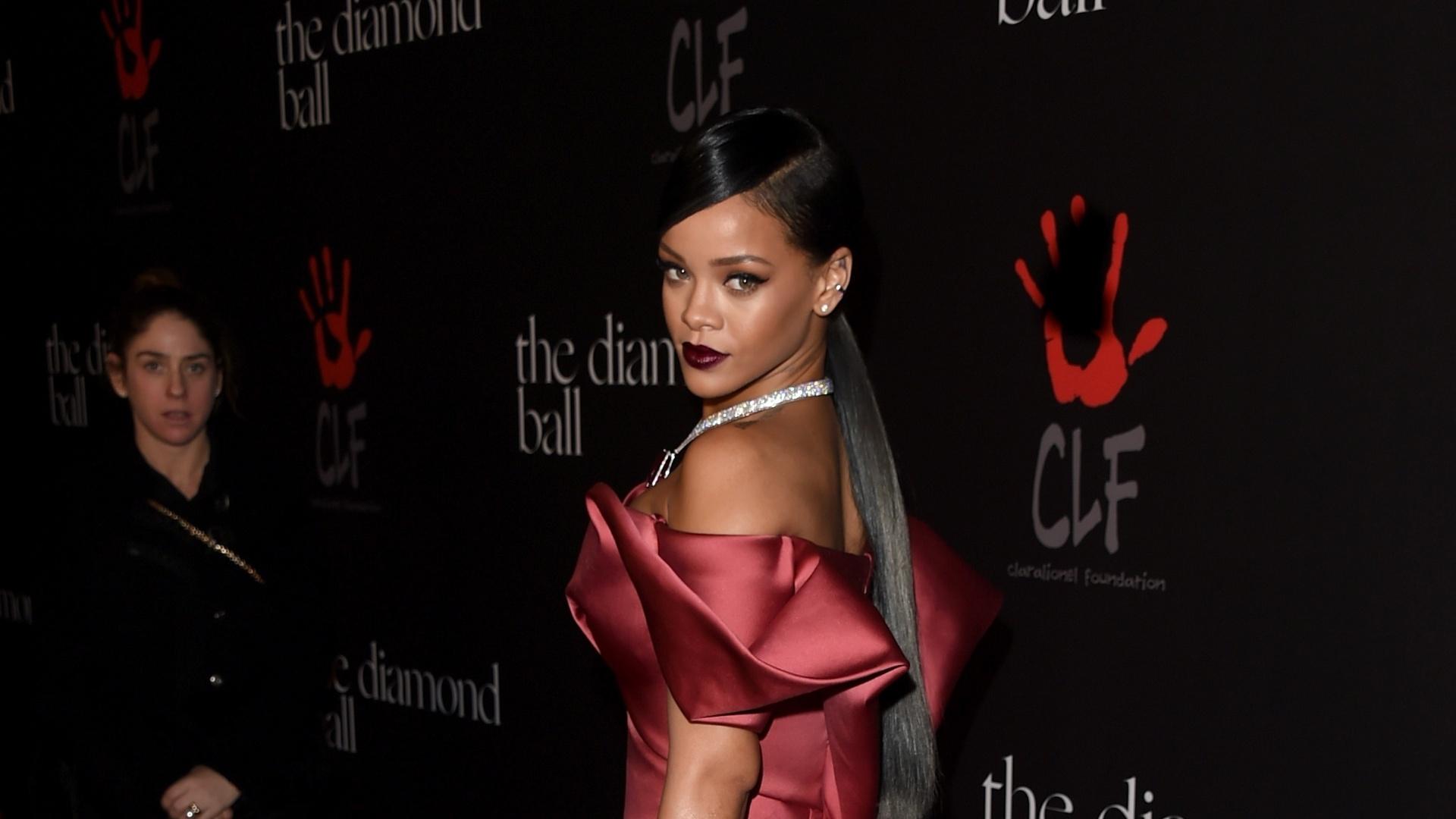 11.dez.2014 - Sensual em um vestido vermelho, Rihanna chega para a primeira edição de seu baile beneficente, o Diamond Ball. O evento aconteceu em Beverly Hills, na Califórnia