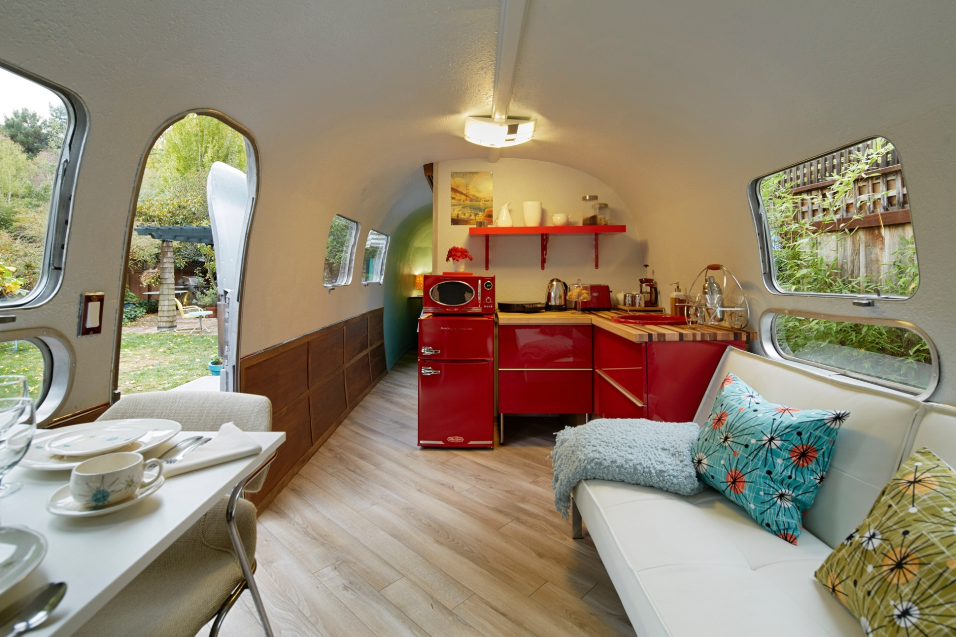 O interior do trailer modelo Airstream (1969) tem paredes curvas que geram a