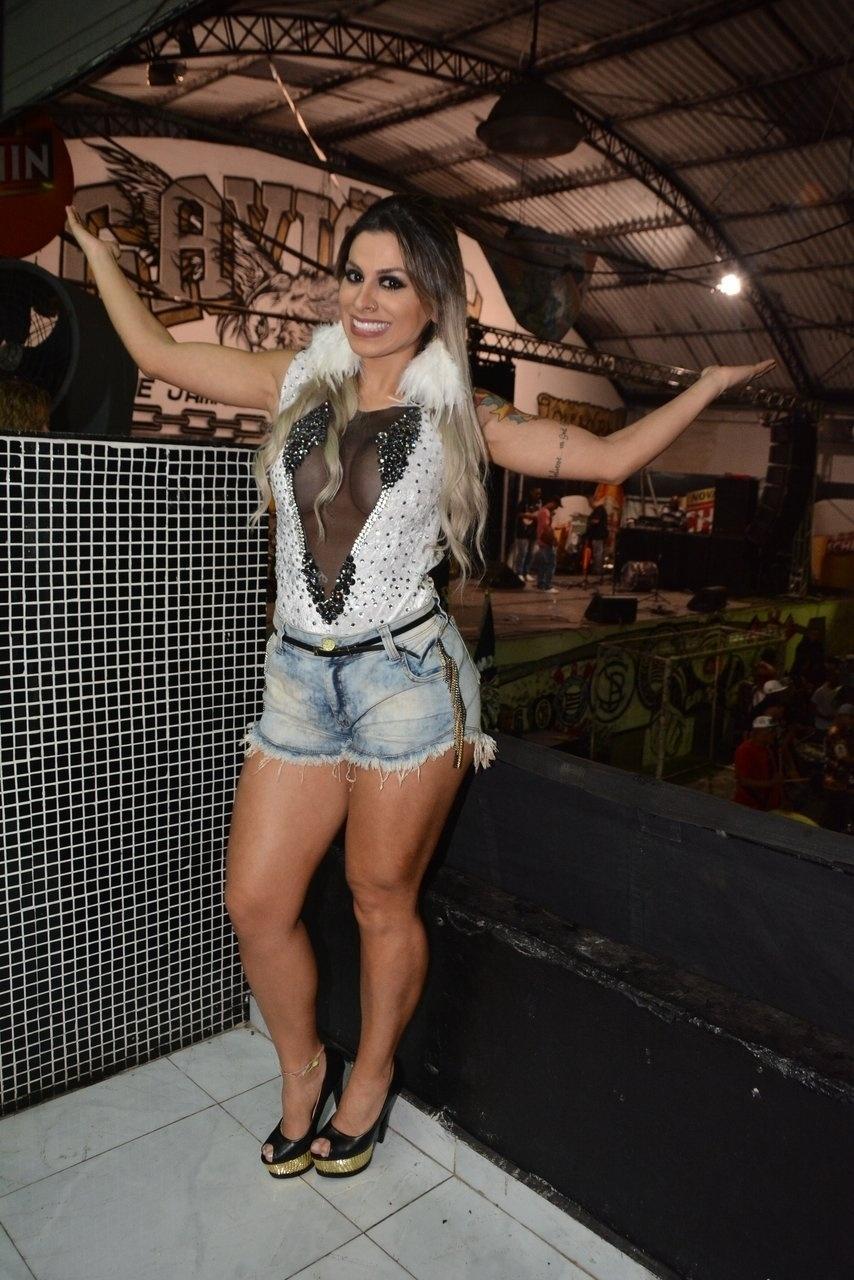 12.dez.2014 - A ex-BBB Vanessa Mesquita comparece ao ensaio da escola Gaviões da Fiel, no bairro do Bom Retiro, no centro de São Paulo, nesta sexta-feira