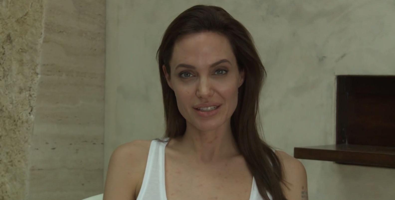 12.dez.2014 - A Universal Pictures divulgou um vídeo em que Angelina Jolie explica que cancelou a participação nos eventos do filme