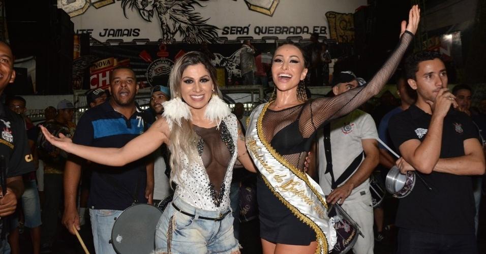 12.dez.2014 - Vanessa Mesquita e a rainha de bateria Sabrina Sato posam juntas no ensaio da Gaviões da Fiel, na sede da agremiação no bairro do Bom Retiro, no centro de São Paulo, nesta sexta-feira