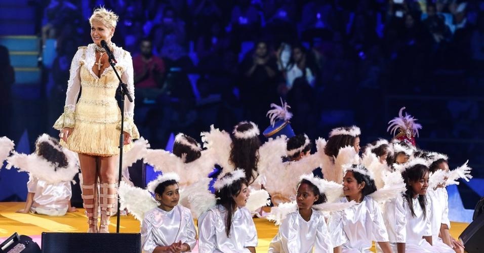 """13.dez.2014 - Crianças representam anjos no espetáculo """"A Magia do Natal"""", de Xuxa, em São Paulo"""