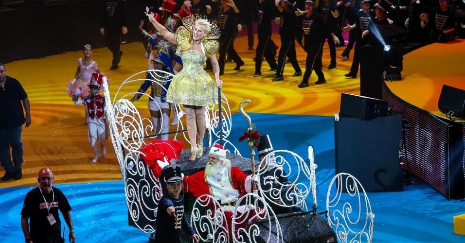 """13.dez.2014 - Xuxa desfila com Papai Noel no espetáculo """"A Magia do Natal"""", em São Paulo"""