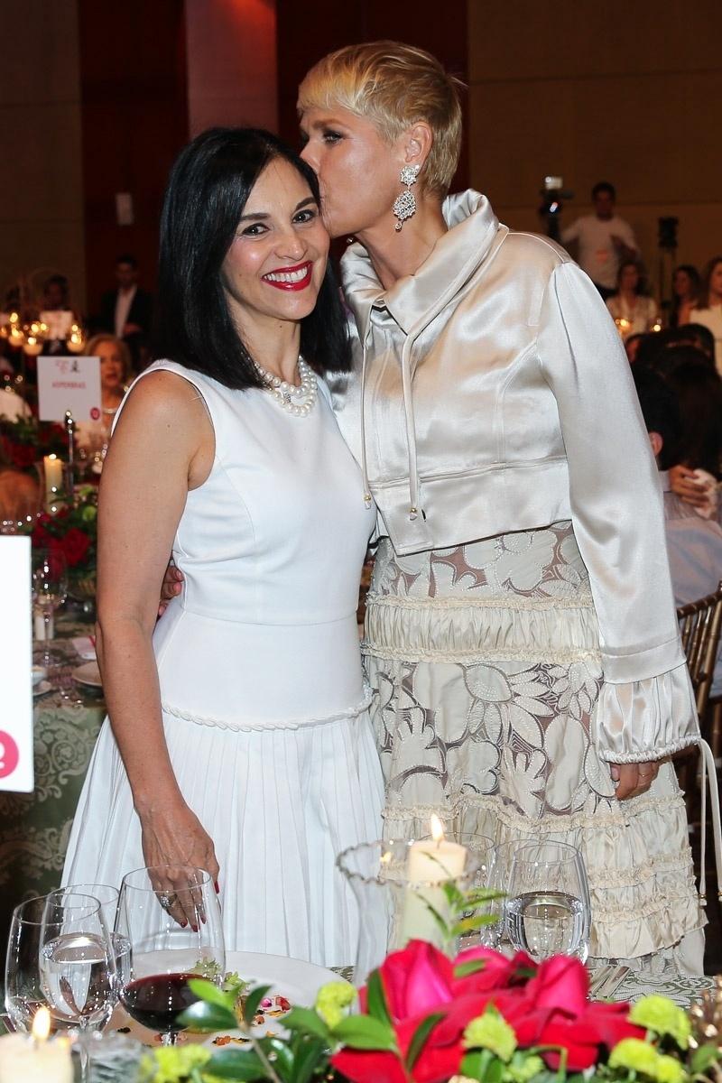 15.dez.2014 - A primeira dama do estado de São Paulo, Lu Alckmin, ganha beijo de Xuxa no