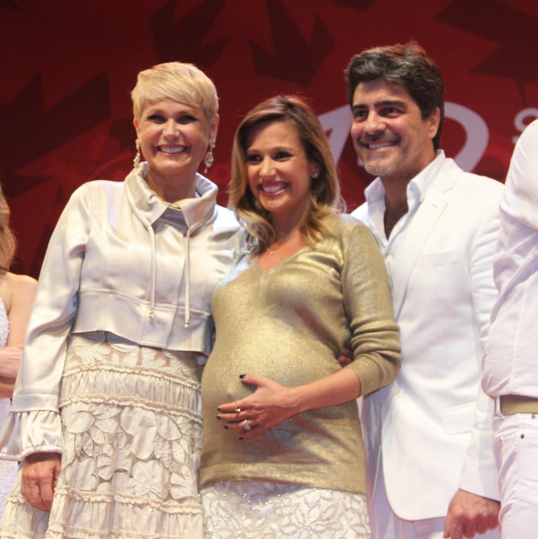 15.dez.2014 - Aos sete meses de gravidez, Luisa Mell posa entre o casal Xuxa e Junno Andrade no