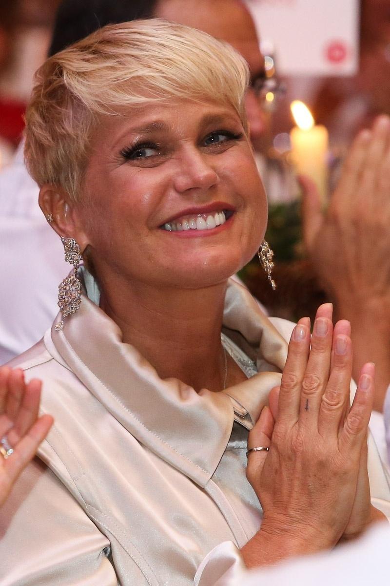15.dez.2014 - Em meio às notícias de que teria sido demitida da Globo, Xuxa aparece sorridente no