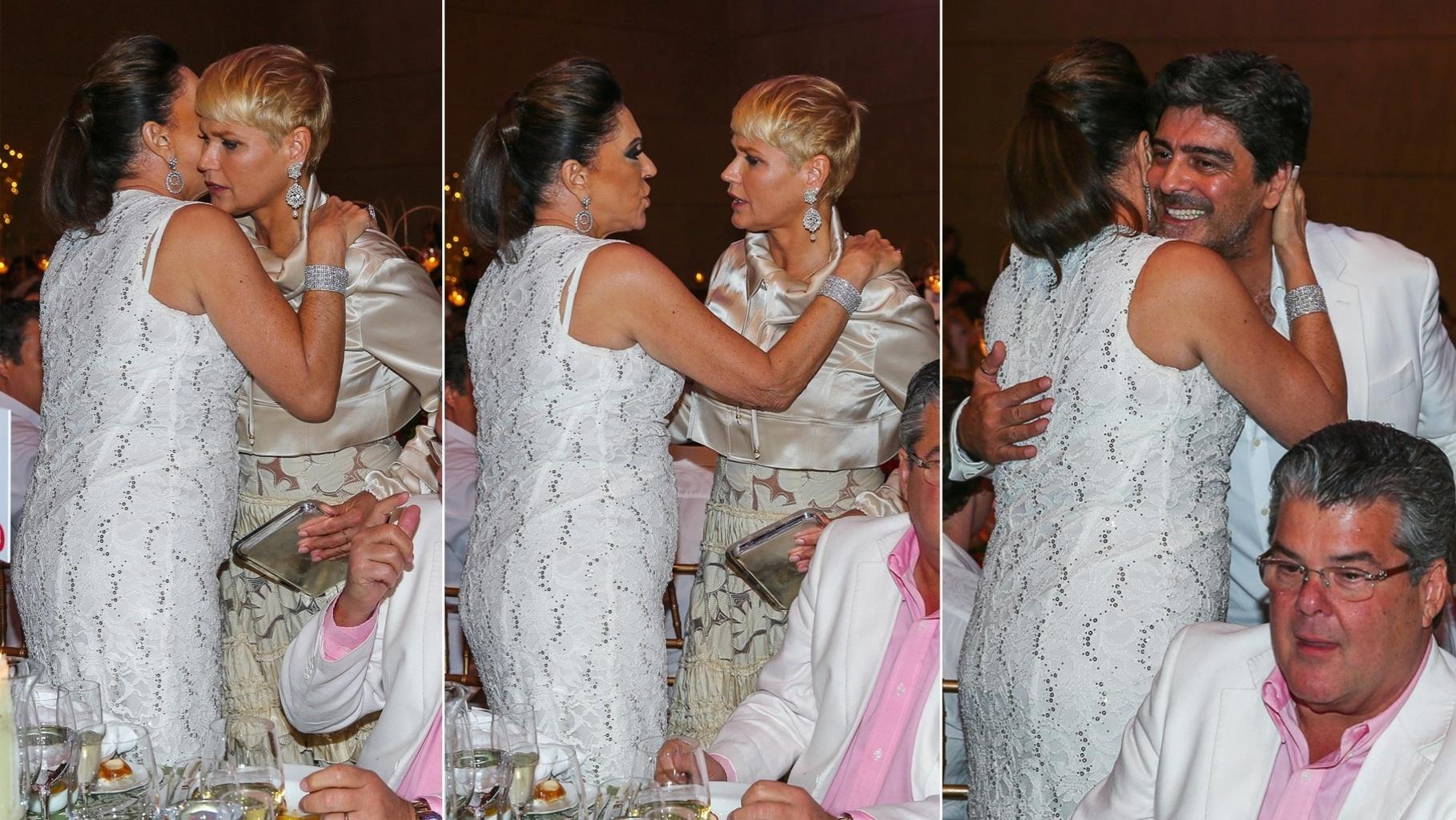 15.dez.2014 - Ex-sogra, Beth Szafir abraça e conversa com Xuxa no