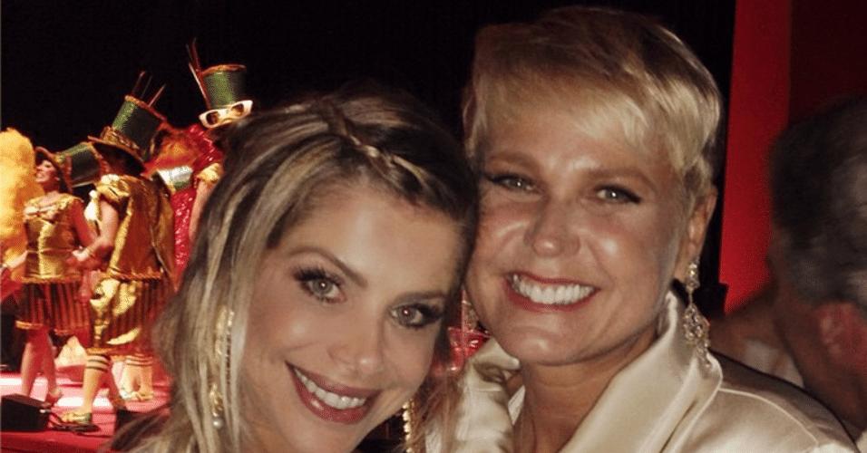 """15.dez.2014 - Karina Bacchi não esconde a emoção de tirar foto junto com a apresentadora Xuxa no """"Natal do Bem 2014"""" no Hotel Grand Hyatt, no Brooklin Novo, na zona sul de São Paulo, na noite desta segunda-feira"""