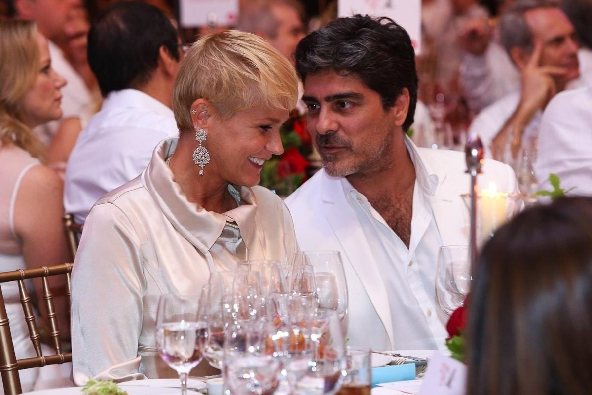 15.dez.2014 - Xuxa conversa com o namorado, Junno Andrade, no