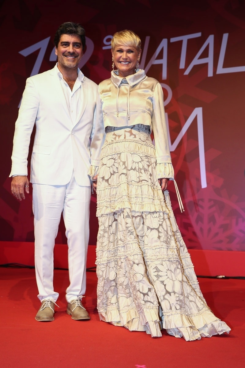 15.dez.2014 - Xuxa leva o namorado, Junno Andrade, no
