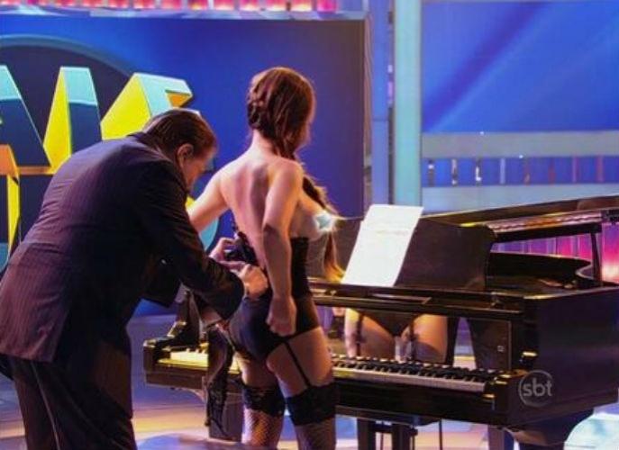 15.jun.2014 - Silvio Santos ajuda a tirar roupa de pianista