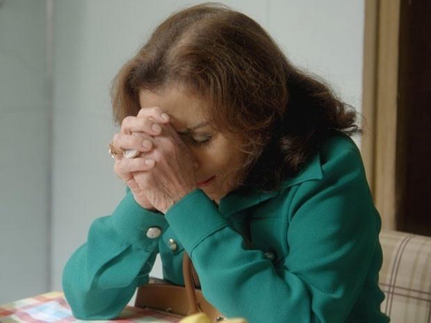 16.dez.2014 - Sensibilizada com o estado de saúde da neta, Madalena (Betty Faria) pede para Sandra (Isis Valverde) reconsiderar casamento