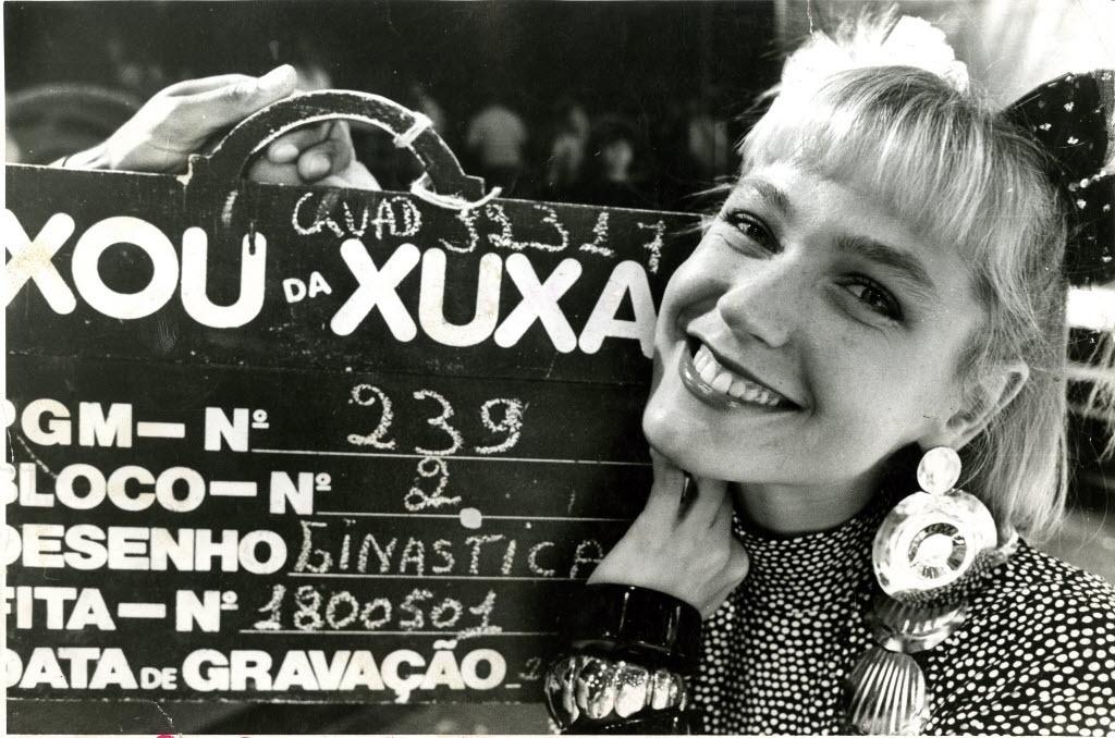 Xuxa Meneghel, aos 23 anos, é contratada pela TV Globo para apresentar o