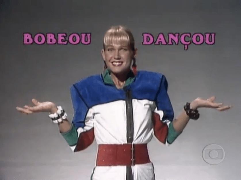 """Paralelamente ao """"Xou da Xuxa"""", a Rainha dos Baixinhos apresenta o """"Bobeou, Dançou"""", um game show com gincanas entre colégios com particapação das paquitas e paquitos"""