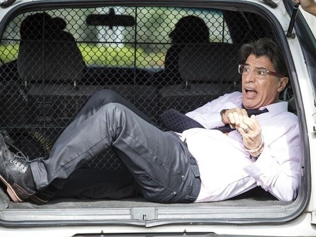 18.dez.2014 - Téo Pereira (Paulo Betti) dá piti e sai algemado do Fórum direto para a delegacia