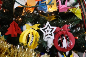 Decore a árvore com kirigamis natalinos delicados e feitos por você - Junior Lago/ UOL