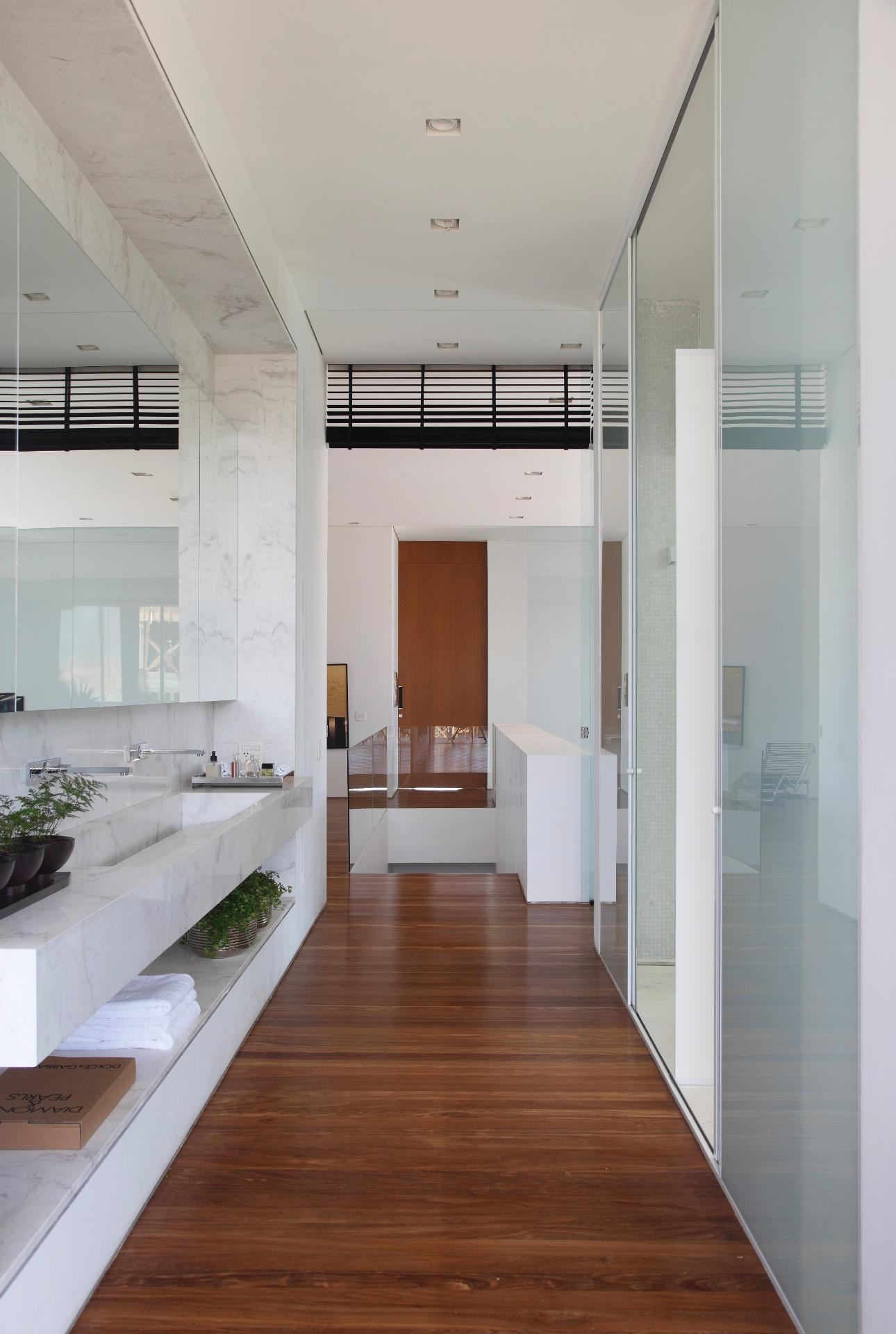 casal há um corredor entre a bancada da pia (à esq.) e o banheiro  #683E2A 1290 1920