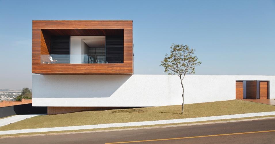 Ocupado por três suítes, o pavimento superior possui uma generosa varanda contígua à suíte do casal. As paredes duplas de alvenaria - com 60 cm de espessura - garantem destaque ao bloco que tem revestimento em cumaru e balanço de três metros. A LA House foi projetada pelo Studio Guilherme Torres, em Londrina (PR)