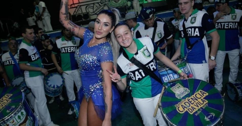 Dani Bolina posa com os integrantes da bateria da escola de samba Unidos de Vila Maria. A ex-panicat é madrinha da escola de samba paulista