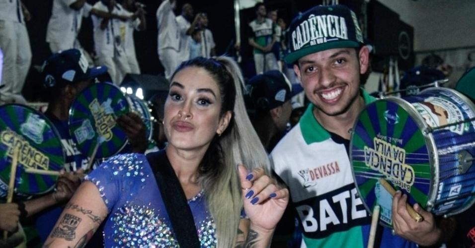 Dani Bolina toca com os integrantes da bateria da escola de samba Unidos de Vila Maria. A ex-panicat é madrinha da escola de samba paulista