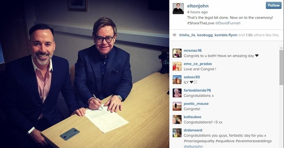 21.dez.2014 - O cantor britânico Elton John anunciou a oficialização do casamento com seu companheiro há 21 anos, David Furnish, em seu Instagram